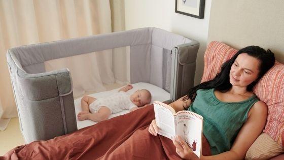 Do kiedy spać blisko dziecka? Co-sleeping, dostawka czy własny pokój?