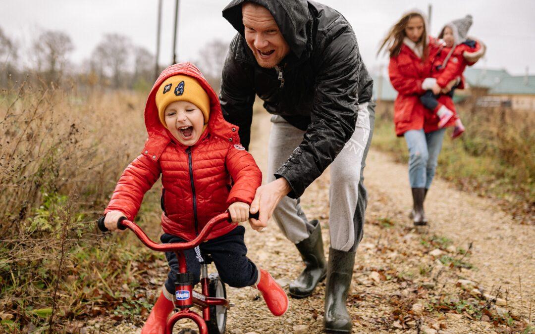 Pchacze, jeździki, rowerki biegowe i z bocznymi kółkami – jakie wybrać? Oczami fizjoterapeutki
